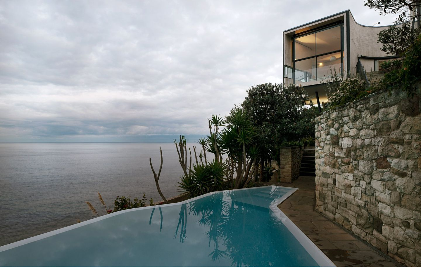 View of infinity pool above a cliff looking out to the ocean at cliff house at Dover Heights Sydney designed by Durbach Block Jaggers Architects